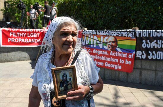 Idős hölgy tiltakozik egy keresztény ikonnal a kezében Tbilisziben, a tervezett meleg büszkeség menete, a Pride ellen 2021. július 5-én #moszkvater