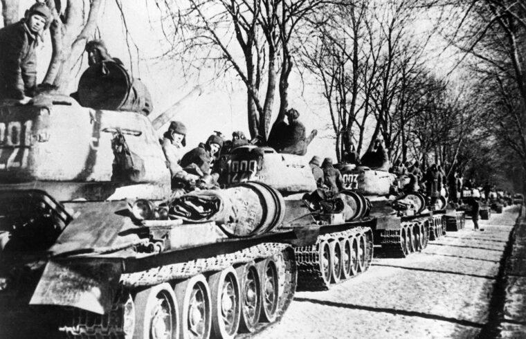 """""""A Szovjetunió történelme során maximum arra volt képes, hogy kellő elrettentő haderővel rendelkezzen, hogy ne merje senki megtámadni. De ez anyagilag tönkre tette, az életszínvonalért folyó harcban lemaradt"""" #moszkvater"""