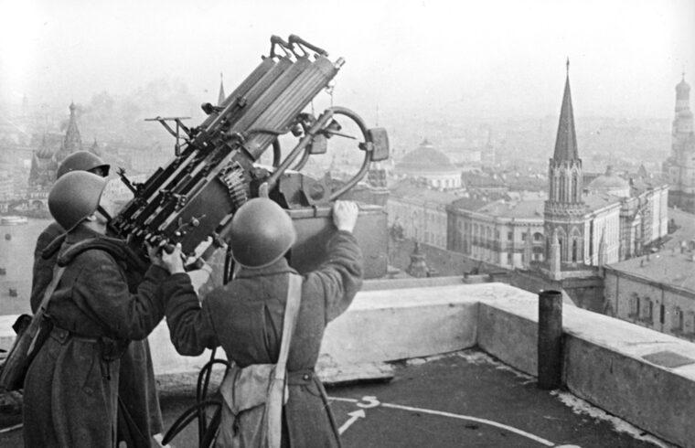 Légvédelmi tüzérek a Moszkva szálló tetején Moszkva bombázása idején #moszkvater