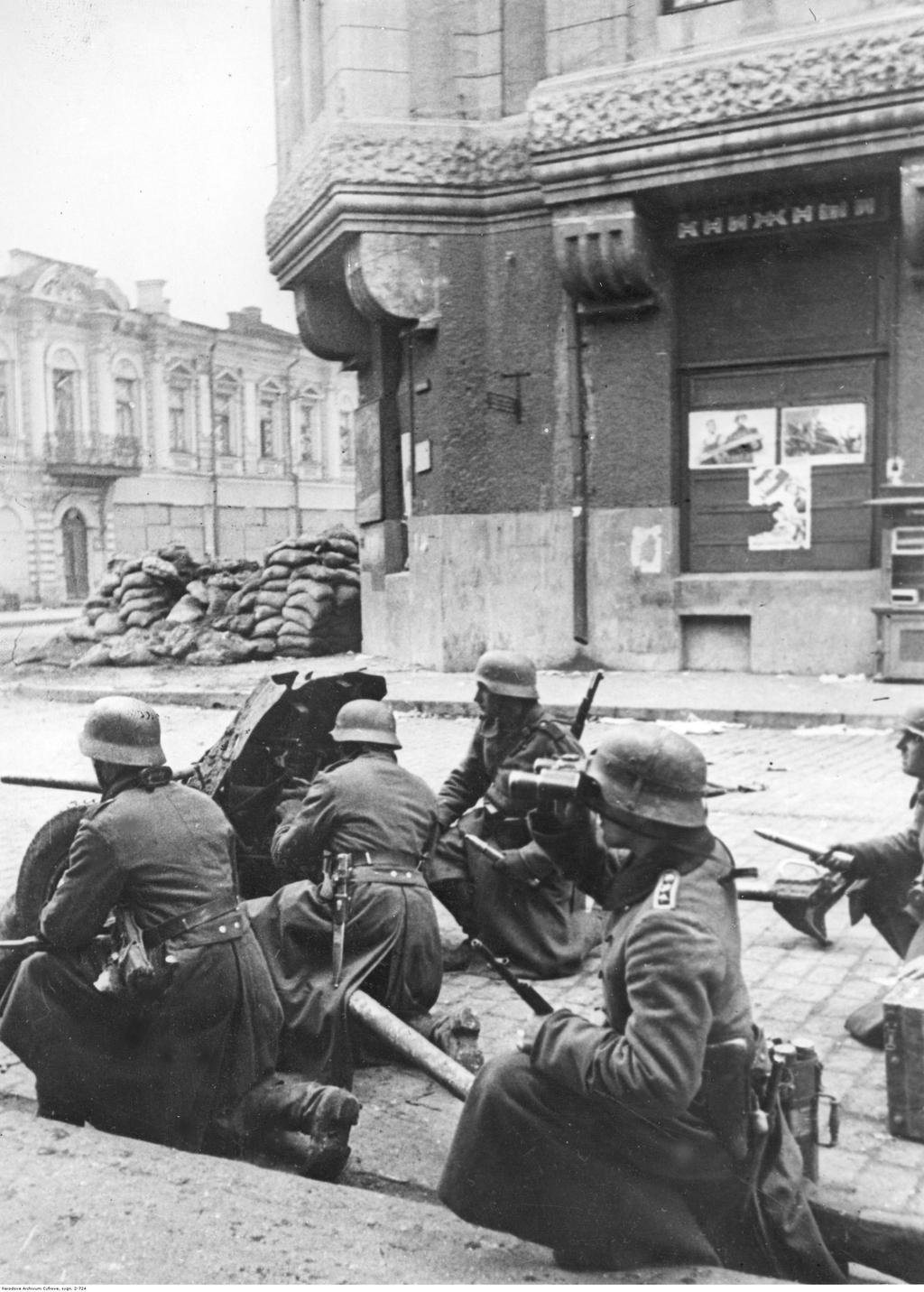 A képen is látható Pak 36 könnyű páncéltörő löveg nem volt alkalmas a korszerű szovjet harckocsik frontpáncélzata ellen #moszkvater