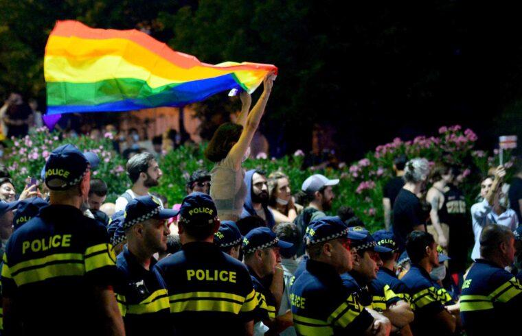 """""""A Pride szervezői áttörést vártak az idei felvonulástól. Az elmúlt években ugyanis a fenyegetések hatására vagy lemondták a felvonulást, vagy titokban tartották meg. A hatóságok ezúttal is alternatív helyet ajánlottak a felvonulásra, ám a szervezők ezt nem fogadták el. Ezek után mi sem természetesebb, hogy az ügy természetesen Grúziában is politikai színezetet kapott"""" #moszkvater"""