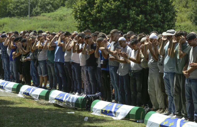 Megemlékezők csoportja imádkozik a srebrenicai népirtás 26-ik évfordulóján a Potocari temetőben 2021. július 11-én #moszkvater