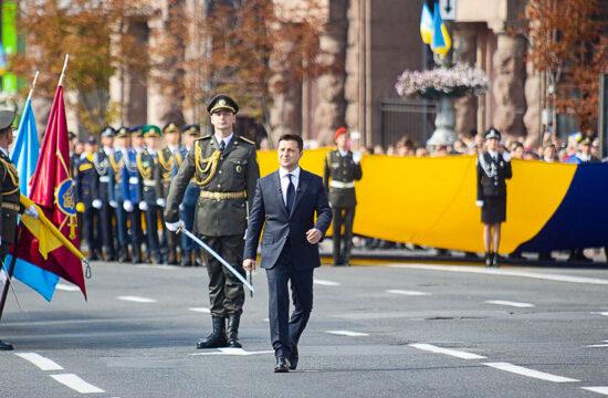 Volodimir Zelenszkij ukrán elnök vonul el a díszsorfal előtt Kijevben az Ukrajna fügettlenségének 30-ik évfordulóját ünneplő katonai parádén #moszkvater