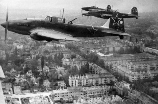 """""""A nácik először azt hitték, hogy a britek intéztek légitámadást Berlin ellen, amit az angolok a BBC-n keresztül visszautasítottak. Ugyanakkor egyre több szovjet lap vagy hírügynökség számolt be a sikeres szovjet légitámadásról, ami ugyan nem okozott jelentős károkat Berlinben, de annál nagyobb volt a pszichikai hatása"""" #moszkvater"""