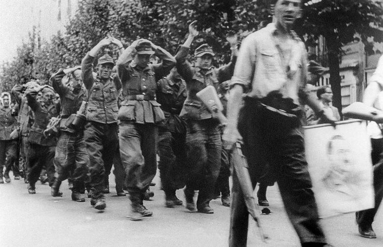 Elfogott német katonákat vezetnek Párizsban 1944. augusztus 25-én #moszkvater
