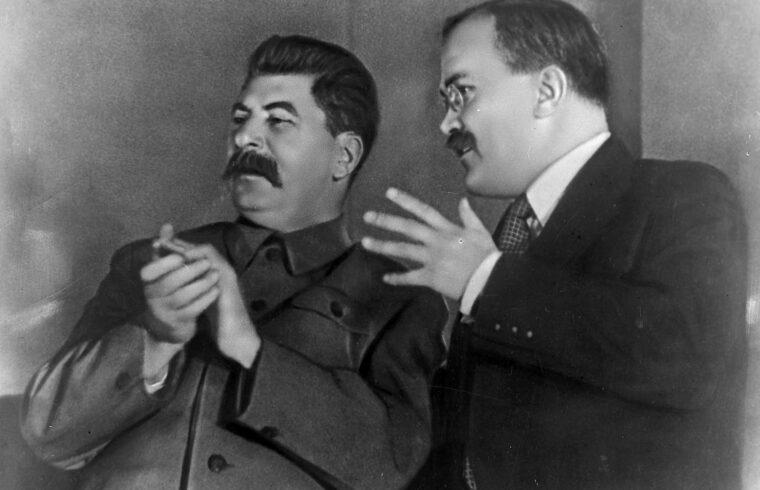 """""""Sztálin azt remélte, hogy kivégzésekkel, a megtorlásokkal és a büntetőzászlóaljak fenyegetésével a Vörös Hadsereg majd keményebben harcol, és nemcsak megállítja a német hadakat, hanem a lehető legkomolyabb kárt okozza az ellenségnek"""" #moszkvater"""