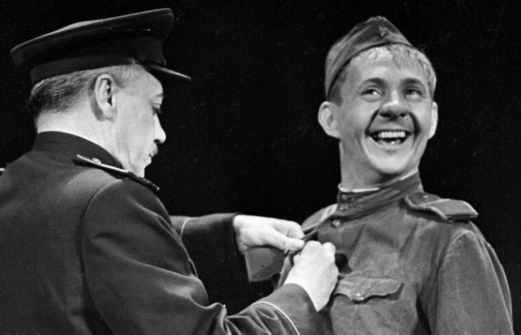 Borisz Novikov a Mosszovjet színház előadásán Vaszilij Tyorkin szerepében 1961-ben #moszkvater