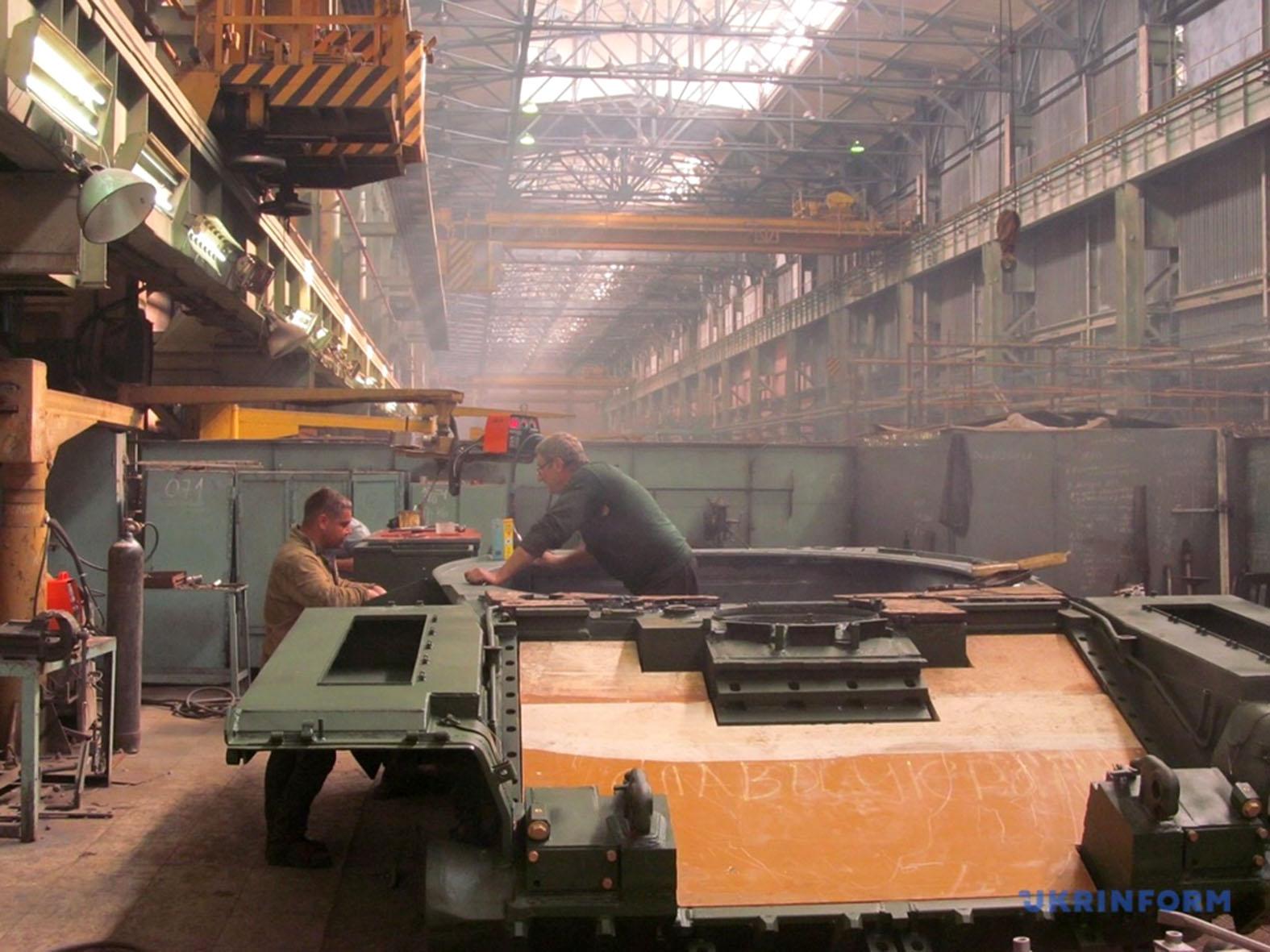 Jól jelképezi a Malisev gyárban uralkodó állapotokat, hogy maga az üzem szinte a szovjet széthullás óta változatlan, sőt inkább romló állapotban van, de a Szlava Ukrainye feliratnak ott kell lennie a frontpáncélon #moszkvater
