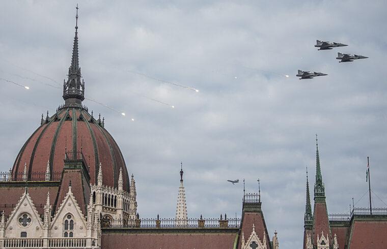 A Magyar Honvédség JAS-39 Gripen típusú vadászrepülőgépei az Országháznál a Duna felett az államalapítás ünnepe alkalmából rendezett légiparádén 2021. augusztus 20-án #moszkvater