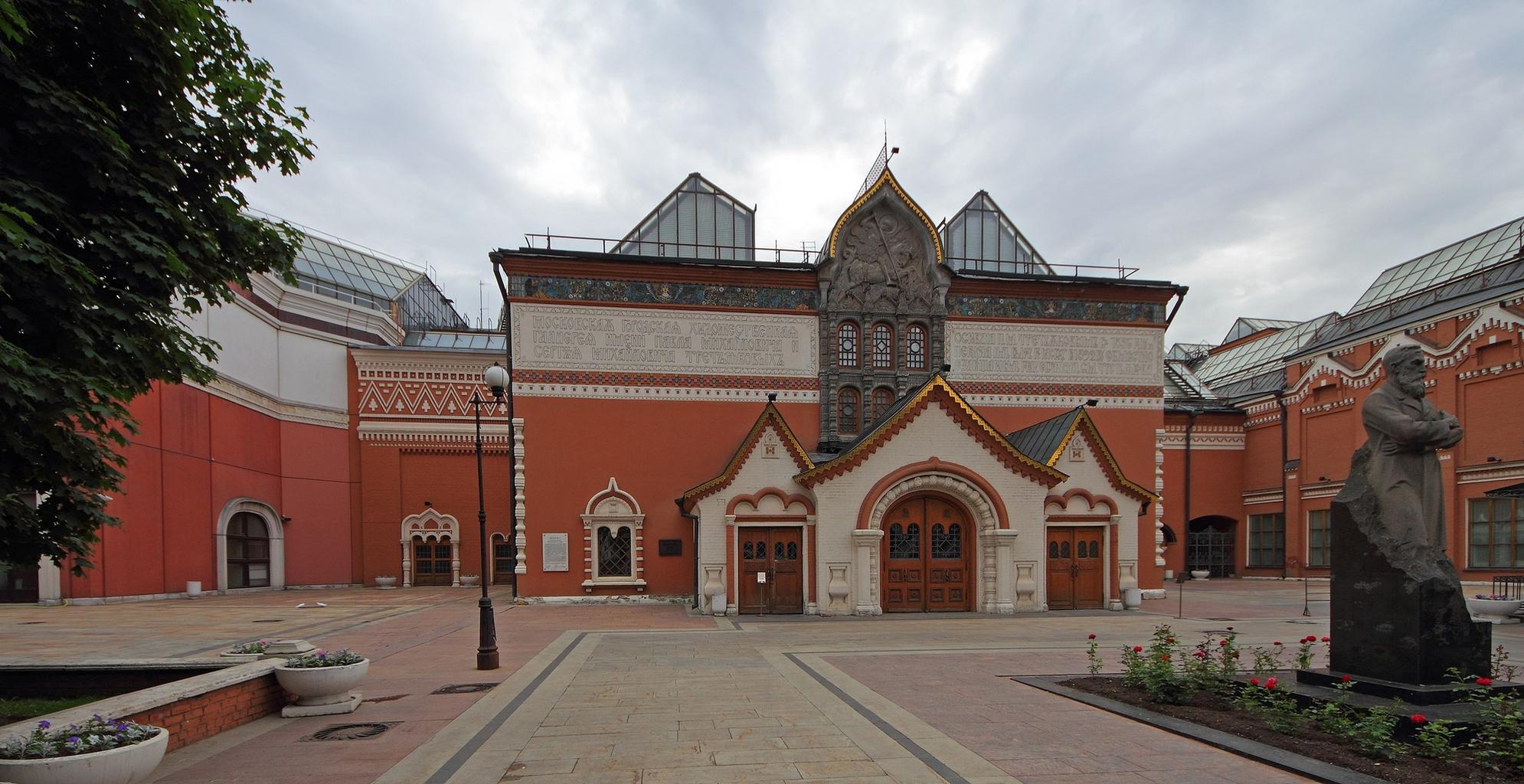 A Tretyakov galéria épülete, előtte az alapító szobrával #moszkvater