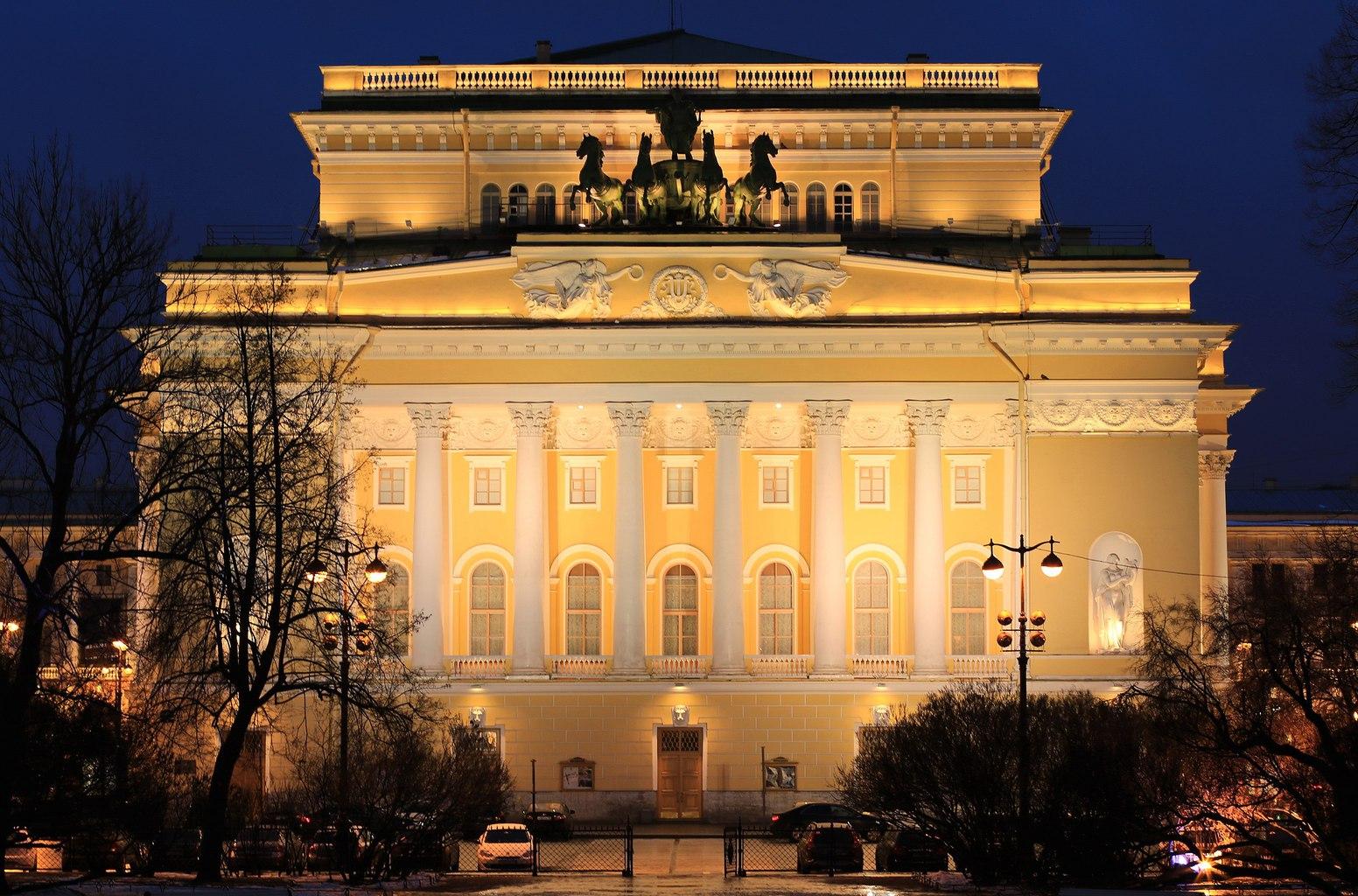 """""""A szentpétervári Alekszandrinszkij Színház épülete az Osztrovszkij téren 1832-ben készült el Karl Rossi tervei alapján"""" #moszkvater"""