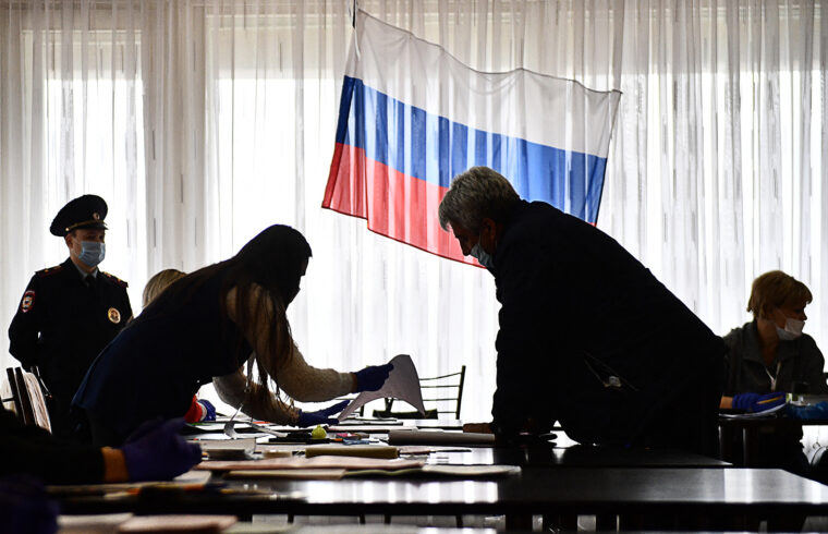 """""""Az adott helyzetben Putyin, ha akarna, akkor sem tudná a demokrácia irányába elmozdulni. A nyugati típusú eleve nem működne, de félő, hogy már a csavarok meglazítása is még inkább a beavatkozásra bátorítaná Oroszország ellenfeleit"""" #moszkvater"""
