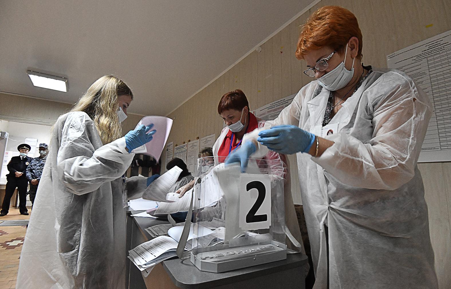 Szavazatszámlálók munka közben az orosz parlamenti választások estéjén Szevasztopolban 2021. szeptember 19-én #moszkvater