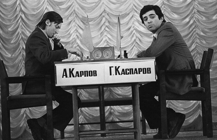 """""""Kaszparov az 1985. szeptember 1-én, Moszkvában megkezdett újabb világbajnoki döntőt november 10-én 13-11-re megnyerte, és győzelmével 22 évesen 6 hónaposan és 27 naposan a sportág legfiatalabb világbajnokává vált"""" #moszkvater"""