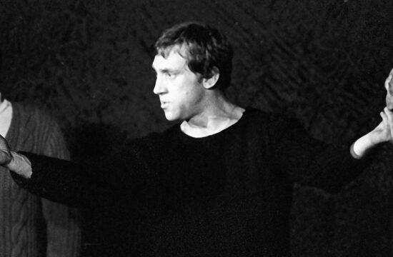 """""""Élveztem, ahogy Vlagyimir Viszockij aHamletetalakítja. Megküzdve a színpadon hol jobbról, hol balról végigsöprő, a történelem sorsszerűségét a zseniális Jurij Ljubimov ötleteként szimbolizáló függönnyel. Ami akár lehetett volna a Viszockij életébe örökösen belesöprő, elsodorni akaró politikai akarat jelképe is"""" #moszkvater"""
