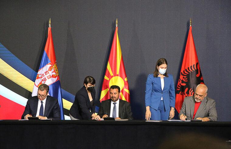 Alekszandar Vucsics szerb, Zoran Zaev észak-macedón és Edi Rama albán miniszterelnökök írják alá az Open Balkan, Nyílt Balkán megállapodást 2021. július 29-én Szkopjéban #moszkvater