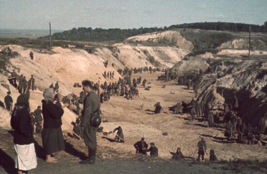 Szovjet katonák fedik le a Babij Jar-i mészárlás tömegsírját 1941. október 1-én #moszkvater