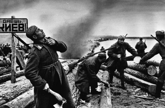 """""""A kijevi ütközet ugyanis tipikus példája volt annak, amikor a moszkvai vezetés egy téves stratégiai gondolat jegyében áldozta fel katonáit – akik aztán magukra hagyatottan harcoltak az utolsó töltényükig, így a halálukig"""" #moszkvater"""