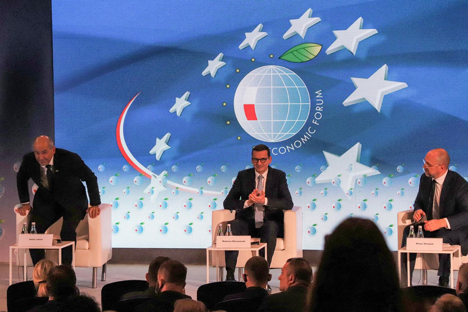 A Karpaczi Gazdasági Fórum utolsó napjának szakmai szempontból kiemelt záróeseményét jelentette Mateusz Morawiecki lengyel, Janez Jansa szlovén és Gyenyisz Smigal ukrán miniszterelnökök panelbeszélgetése #moszkvater