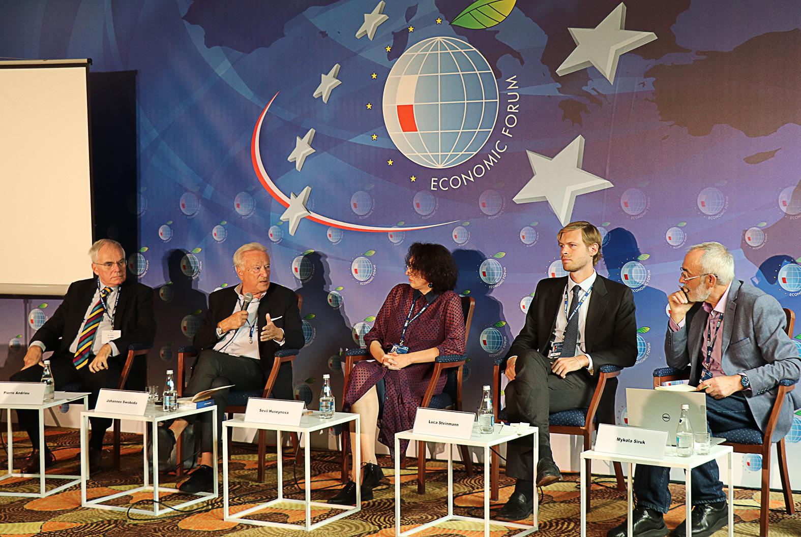 A beszélgetés résztvevői balról jobbra haladva: Pierre Andrieu, Johannes Swoboda, Szevil Huszejnovna, Luca Steinmann és moderátorként Mikola Sziruk #moszkvater