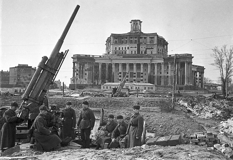 """""""Mikor aztán a németek áttörték a Nyugati Front védelmét, Moszkva frontváros lett"""" #moszkvater"""