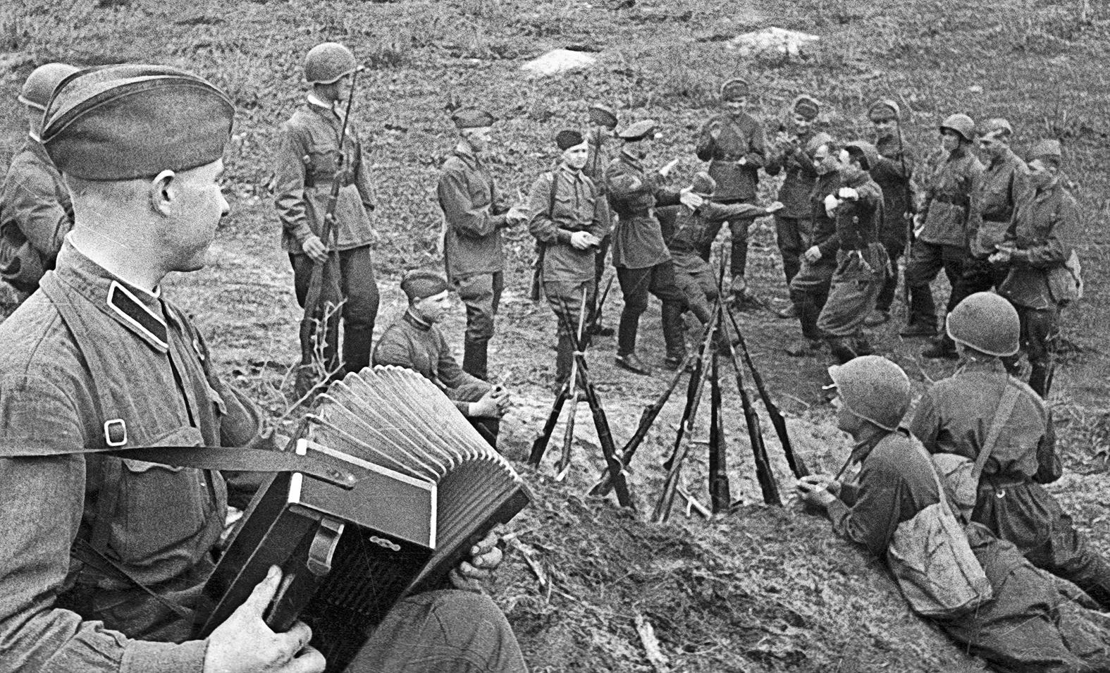 Szovjet katonák énekelnek és táncolnak a II. világháború idején #moszkvater