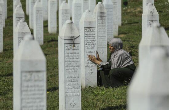 Bosnyák asszony imádkozik egy sírnál Srebrenicában, a srebrenicai mészárlás 26-ik évfordulóján 2021. július 11-én #moszkvater