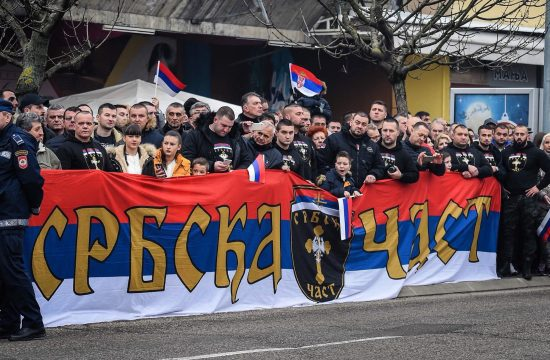 A Srbska Cast (Szerb Becsület) tagjai. Önmagukat humanitárius szervezetnek tartják, miközben mások szerint inkább paramilitáris formációról van szó