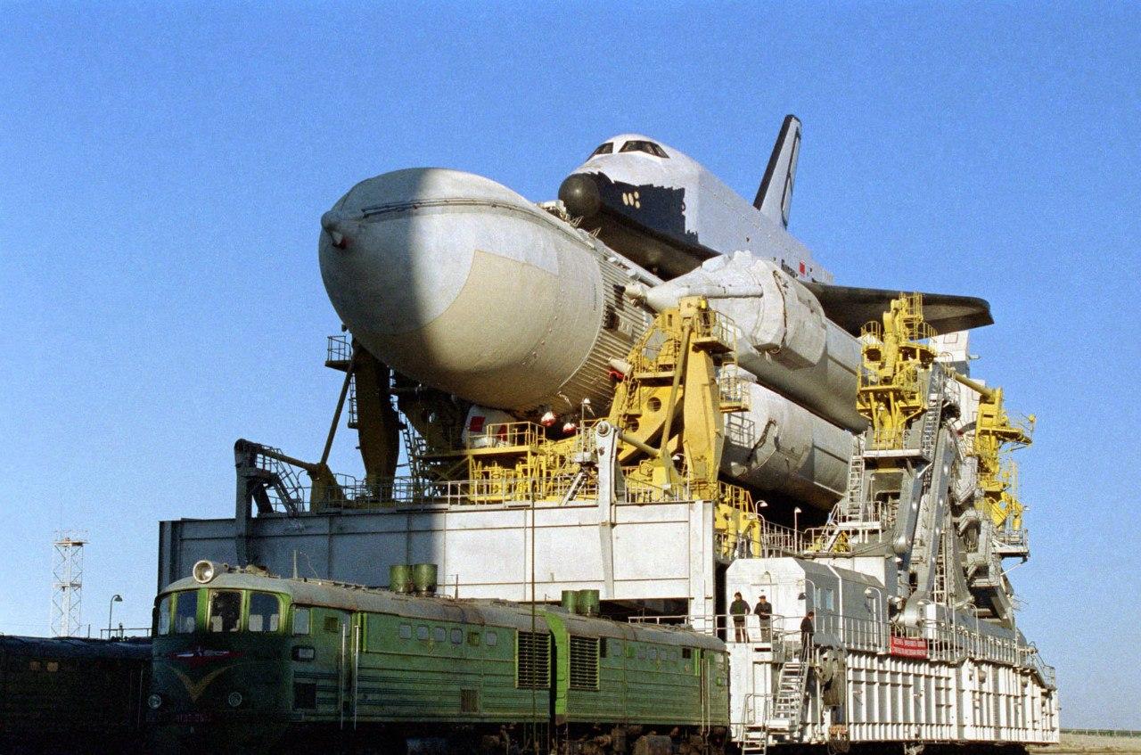 Az Enyergija-Buran szállítása a kilövőállásra 1988-ban. Jól érzékelteti a rakéta illetve az űrsikló méreteit mennyivel nagyobbak a vontatásul szolgáló mozdonyoknál. #moszkvater