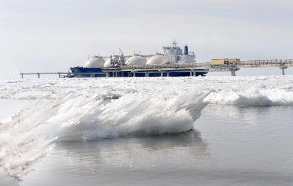 Az északi tengeri útvonal a jégtörők korlátozott kapacitása miatt csak részlegesen hajózható, s a termelés megindulása óta az ázsiai piacokat telítő 26 tanker közül csak 4 tudott e rövidebb útvonalon eljutni a célba #moszkvater
