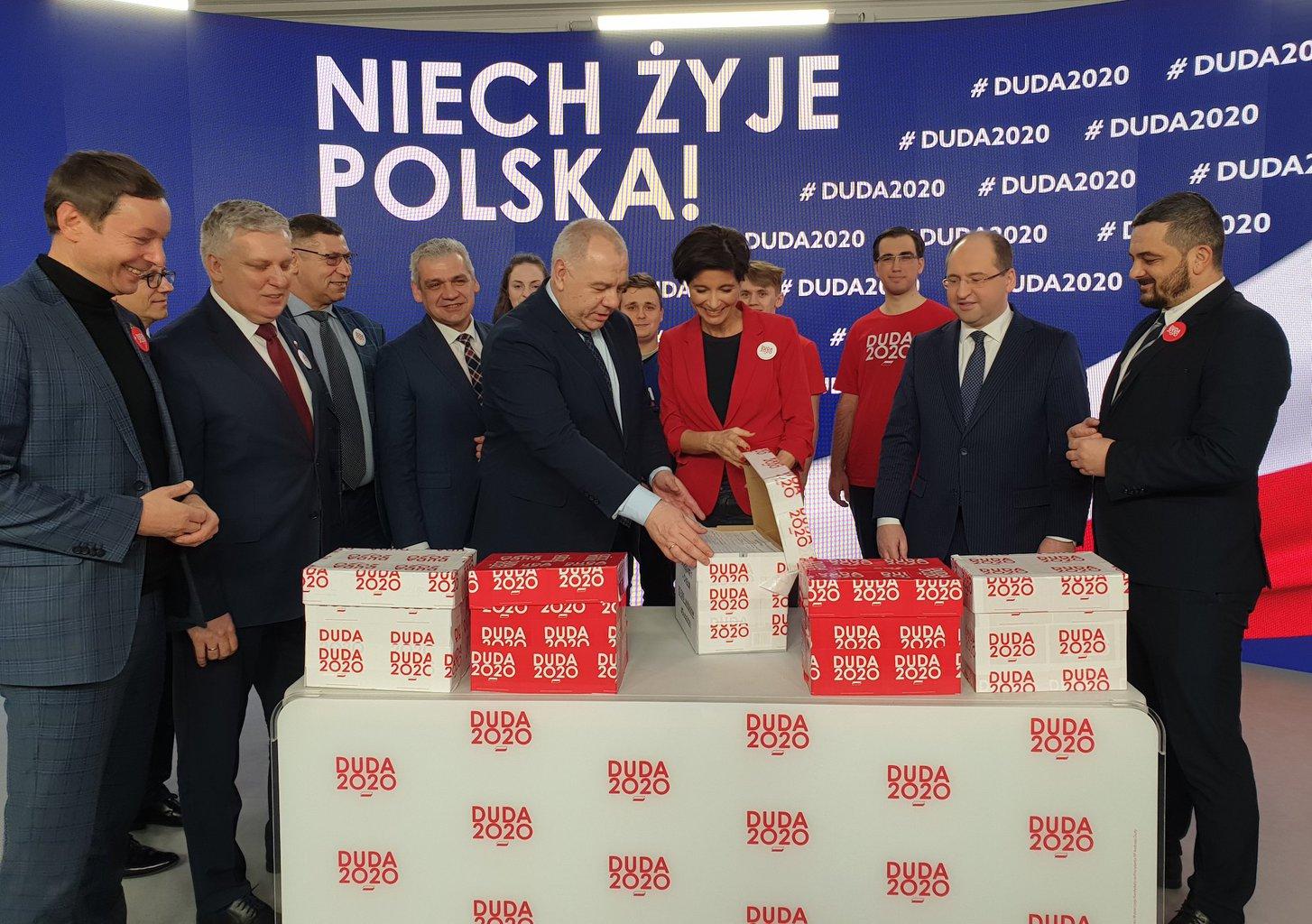 Az elnökválasztás favoritja a jelenlegi államfő Andrzej Duda, akinek esélyeit csak növeli a jelenlegi helyzet, hiszen posztjából adódóan jóval több média megjelenéshez jut, mint vetélytársai #moszkvater