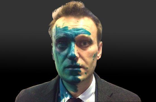 Navalnij fájdalmasan mutatja a kamerákba fertőtlenítővel leöntött zöld arcát, s twittel a rendőrségi fogda rácsai mögül. E színjátékban akarva-akaratlanul partner maga a hatalom is #moszkvater