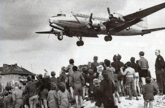 A blokáddal elzárt nyugat-berliniek nézik, ahogy egy amerikai C-54-es szállítógép landol a Tempelhof repülőtéren, 1948-ban #moszkvater