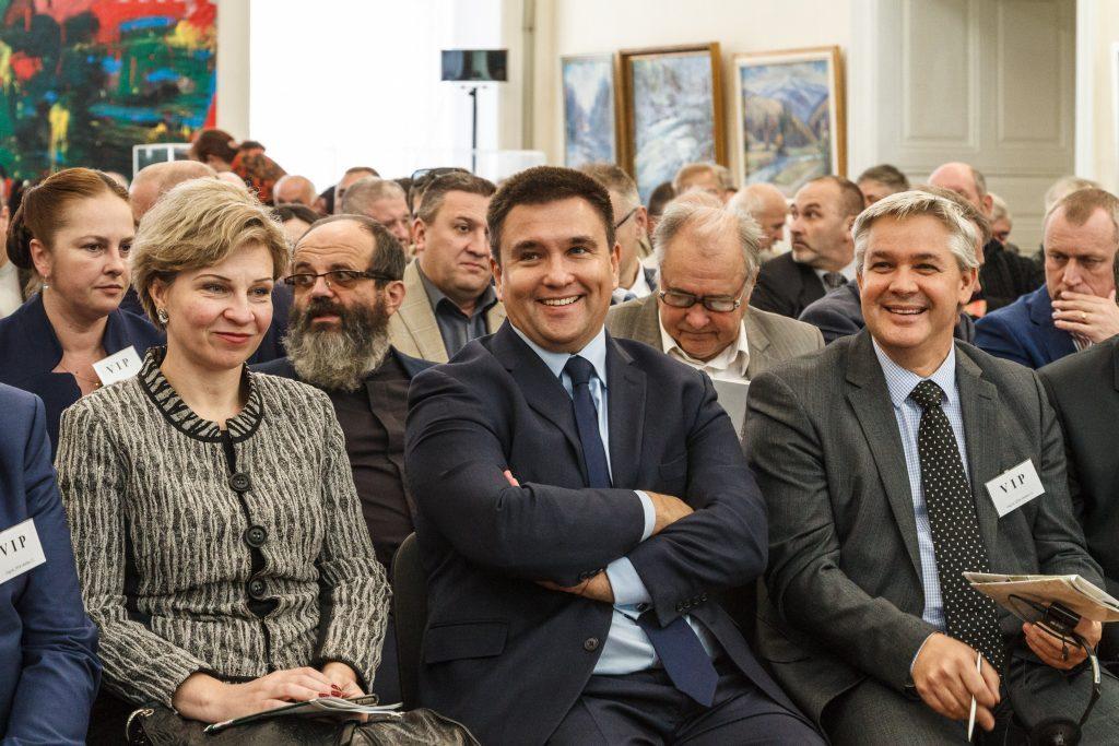 Pavlo Klimkin ukrán külügyminiszter (k), Ljubov Nepop, Ukrajna budapesti nagykövete (b) a Kárpátaljai Magyar Kulturális Szövetség (KMKSZ) rendkívüli választmányi ülésének kezdete előtt Ungváron 2018. október 13-án #moszkvater