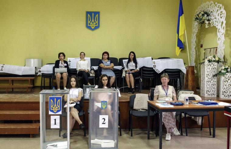 Szavazóhelyiség az előrehozott ukrán parlamenti választáson a kárpátaljai Nagydobronyban (Velyka Dobron) 2019. július 21-én. Volodimir Zelenszkij május 20-án beiktatott államfő közvetlenül megválasztása után bejelentette, hogy feloszlatja a törvényhozást és rendkívüli választást ír ki. MTI/Nemes János #moszkvater