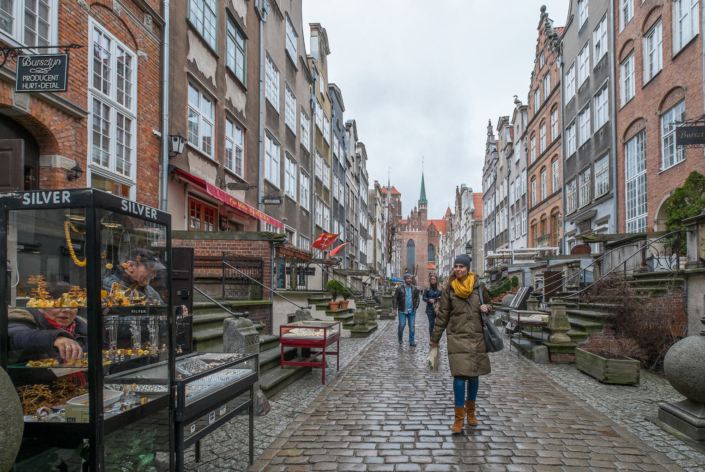 Tavaszi utcakép Gdanskban, Lengyelország Balti-tenger partján fekvő városában
