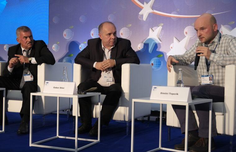 Rauf Rajabov, Stier Gábor és Dimitrij Teperik (éppen beszél) , a Krynicai Gazdasági Fórum kiberbiztonsági panelbeszélgetésén 2019. szeptember 3-án a lengyelországi Krynicában #moszkvater