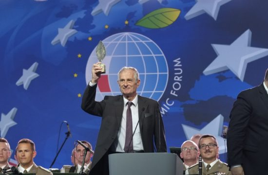 """Kiss Gy. Csaba irodalomtörténész kapta a """"közép-európai kis-Davosnak"""" is nevezett Krynicai Nemzetközi Gazdasági Fórum Stanislaw Vincenz lengyel íróról elnevezett Új Európa új kultúrája díját. #moszkvater"""