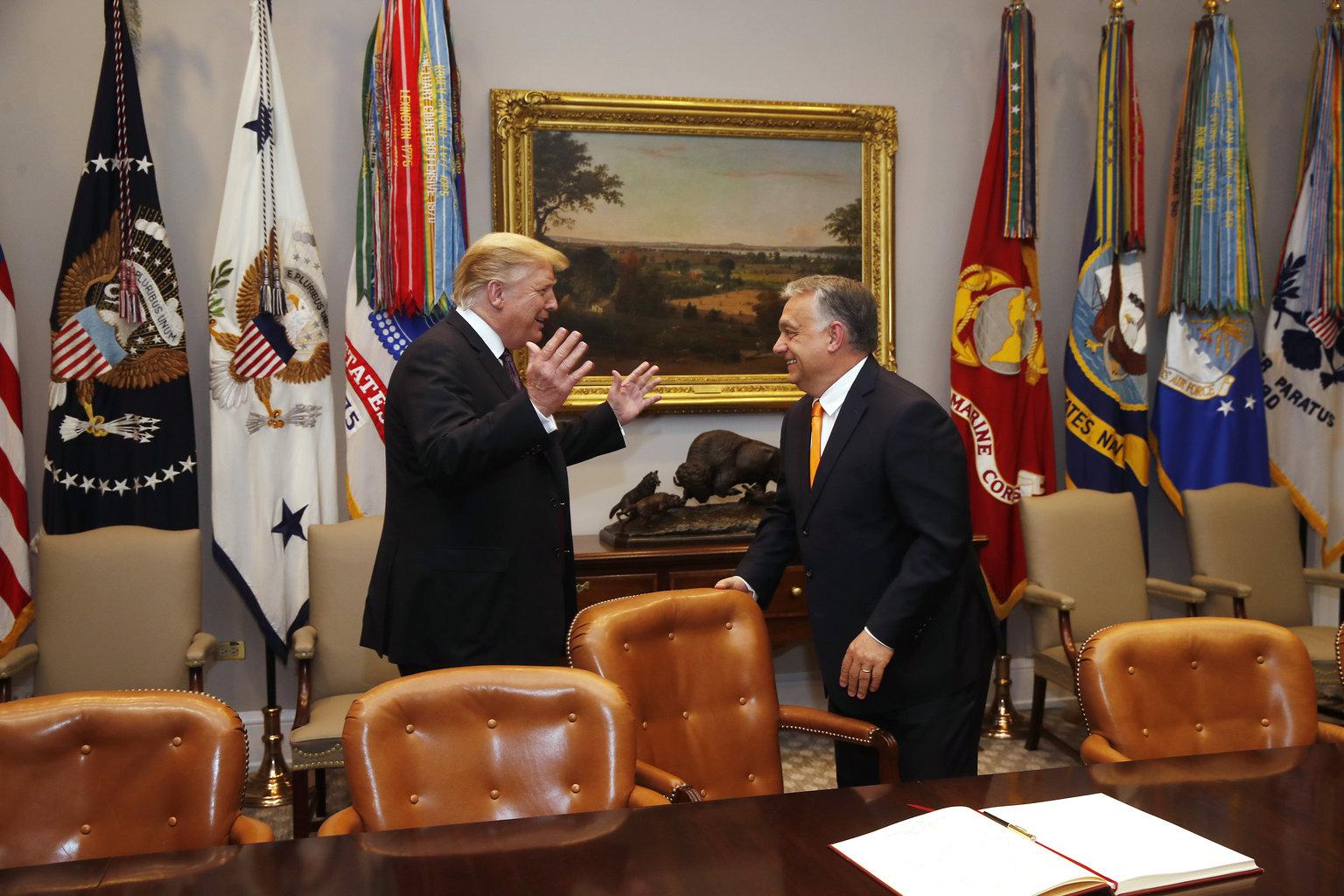 Donald Trump amerikai elnök (b) és vendége, Orbán Viktor miniszterelnök a washingtoni Fehér Ház Roosevelt-termében, ahol a magyar kormányfő beírt a vendégkönyvbe 2019. május 13-án. MTI/Koszticsák Szilárd #moszkvater