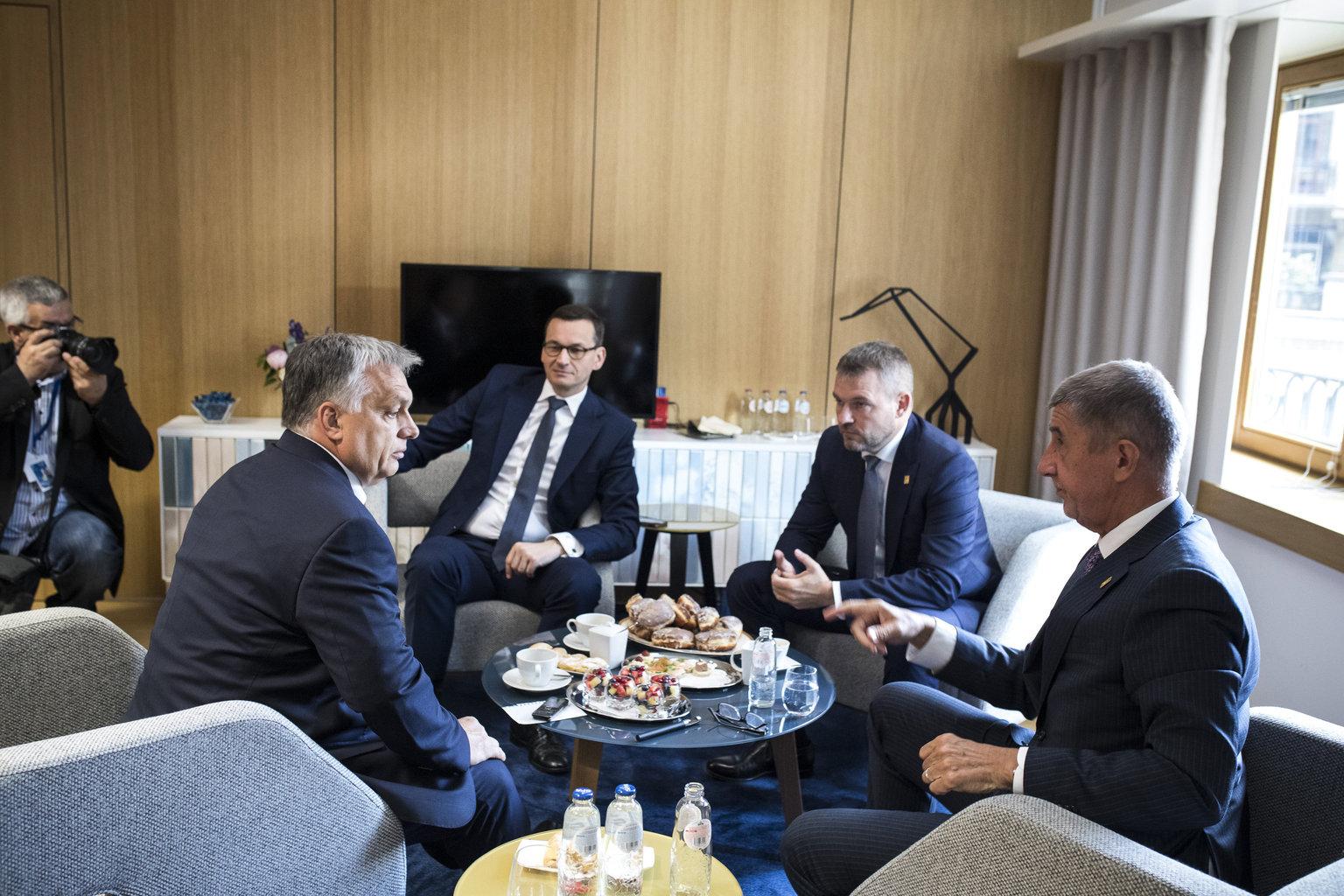 Orbán Viktor magyar, Mateusz Morawiecki lengyel, Peter Pellegrini szlovák és Andrej Babis cseh miniszterelnök (b-j) a visegrádi országok (V4) egyeztetésén az EU-csúcs ülése előtt 2019. július 2-án. MTI/Miniszterelnöki Sajtóiroda/Szecsődi Balázs #moszkvater
