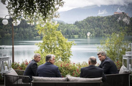 A Miniszterelnöki Sajtóiroda által közreadott képen Andrej Babis cseh, Orbán Viktor magyar, Janez Jansa szlovén és Andrej Plenkovic horvát miniszterelnök (b-j) beszélget a 15. Bledi Stratégiai Fórum nemzetközi konferencián 2020. augusztus 31-én. MTI/Miniszterelnöki Sajtóiroda/Benko Vivien Cher #moszkvater