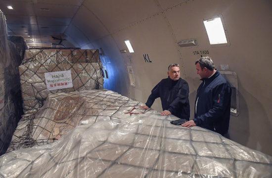 Orbán Viktor miniszterelnök (b) és Palkovics László innovációs és technológiai miniszter a Suparna Airlines Kínából érkezett repülőgépének fedélzetén a Liszt Ferenc-repülőtéren 2020. március 24-én. A gép több mint 3 millió maszkot, 100 ezer koronavírus-tesztet és 86 lélegeztetőgépet hozott. MTI/Kovács Tamás #moszkvater