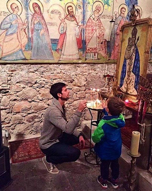 Novak Djokovic a kisfiával gyertyát gyújt a nizzai ortodox kápolnában #moszkvater