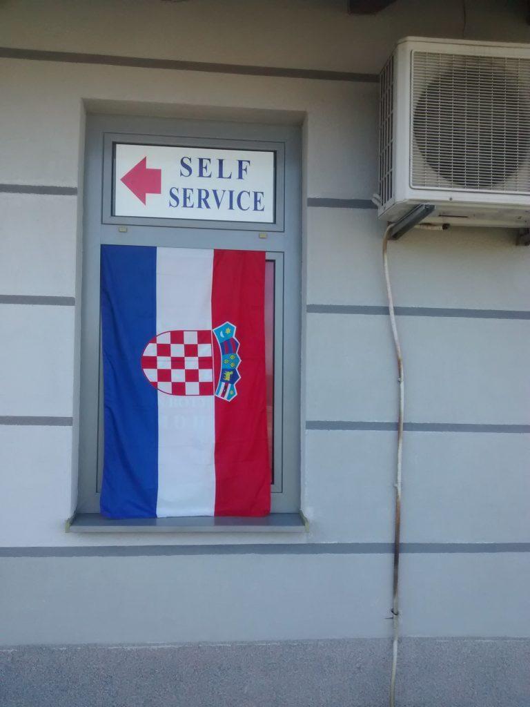 A szomszéd néni évek óta kitett hat négyzetméteres horvát zászlója sem tűnik fel #moszkvater