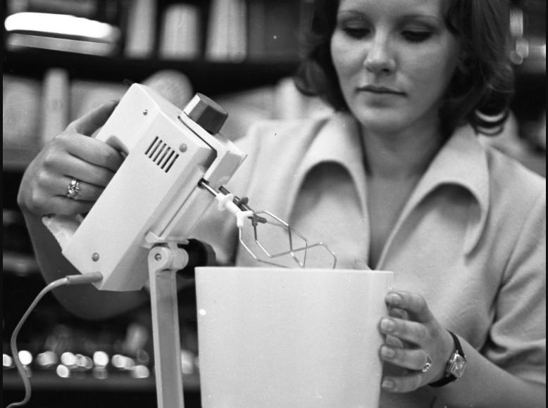 A legendás turmixgép egy eladó kezében a budapesti Corvin Áruházban 1977-ben #moszkvater