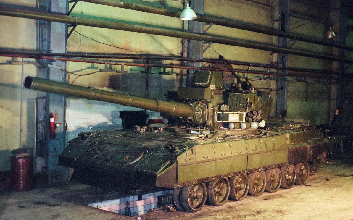 T-95 javítóakna felett, a tornyon jól kivehető a másodlagos fegyverzetként szolgáló 2A42 gépágyú és a beépített radar #moszkvater