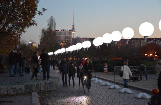 Világító ballonok jelölik a Berlini Fal nyomvonalát Németország újraegyesítésének 25-ik évfordulóján 2014-ben #moszkvater