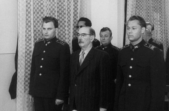 Nagy Imre vádlott az ítéletet hallgatja a Nagy Imre és társai elleni perben