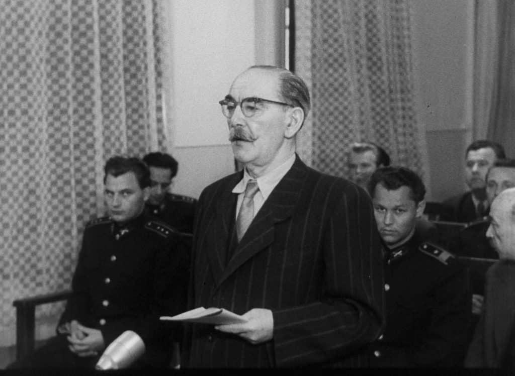 Magyarország Budapest II. Fő utca 70-78., tárgyalóterem a katonai bíróság épületében. Nagy Imre vádlott az utolsó szó jogán nyilatkozik, a Nagy Imre és társai elleni perben.