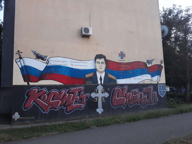 Oleg Peskov, a lelőtt orosz vadászrepülőgép pilótájának portréja egy újvidéki lakóépület falán. Peskovot a szláv világ számos országában, többek között Szerbiában is hősként tisztelik #moszkvater